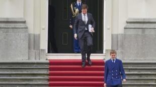 O primeiro-ministro Mark Rutte deixa o palácio real, em Haia, onde apresentou a demissão de seu governo à rainha Beatrix.
