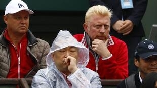 El entrenador del serbio Novak Djokovic, Boris Becker, en las tribunas bajo la lluvia este martes 31 de mayo de 2016.