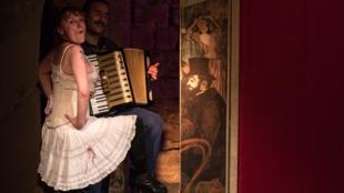 Delphine Grandsart, dans le rôle de La Goulue, et Matthieu Michard à l'accordéon.