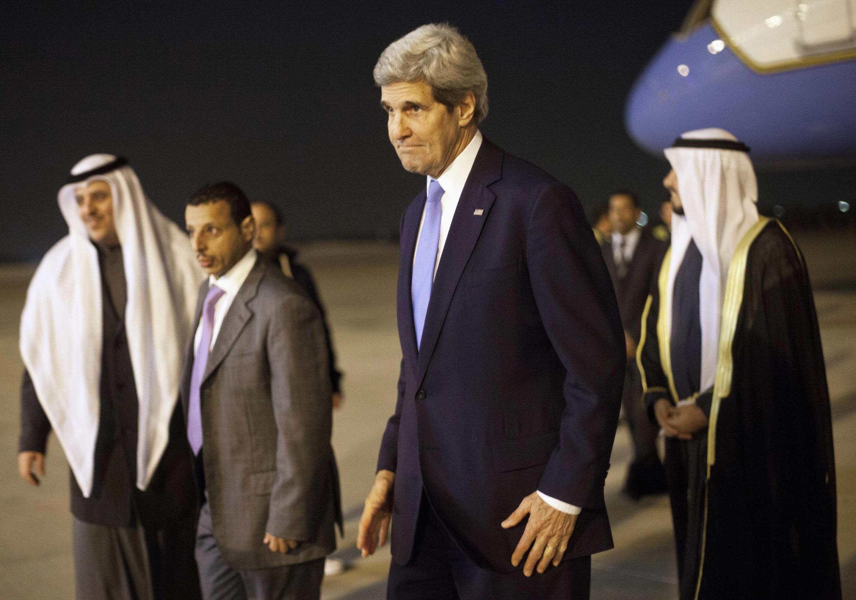 Le secrétaire d'Etat américain John Kerry, arrivant à l'aéroport de Koweït, le 14 janvier 2014.