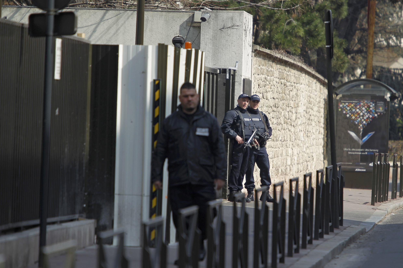 Policías vigilan las entradas de la sede de la Subdirección Antiterrorista  (SDAT), en los suburbios de París, donde fue trasladado Abdelkader Merah desde Toulouse.