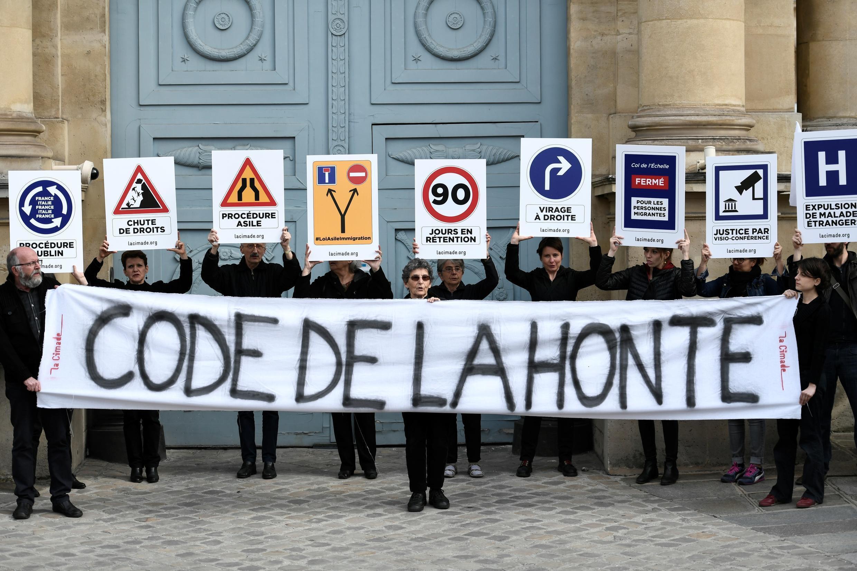 «Кодекс бесчестья» — надпись на растяжке активистов на акции против закона об иммиграции и убежище, Париж, 16 апреля 2018 г.