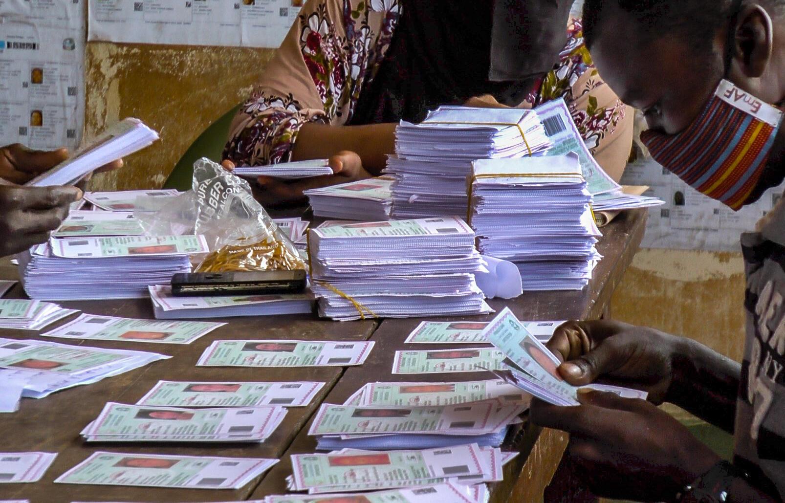 Les cartes d'électeurs sont vérifiés dans un centre de distribution, dans le quartier Koloma, à Conakry.
