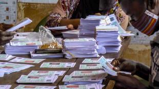 Les cartes d'électeurs sont vérifiées dans un centre de distribution, dans le quartier Koloma, à Conakry