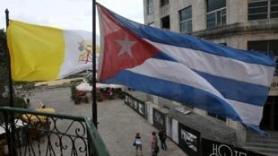 Cờ Vatican sóng đôi bên quốc kỳ Cuba tại thủ đô La Habana ngày 10/02/2016. Cuba, từ cái nôi của cách mạng Castro trở thành trung tâm hòa giải quốc tế