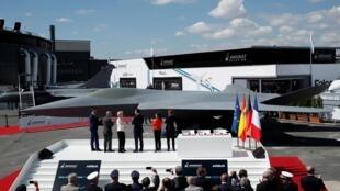 Le président français Emmanuel Macron, la ministre espagnole de la Défense, Margarita Robles, et la ministre française de la Défense, Florence Parly, assistent au dévoilement du modèle de chasseur nouvelle génération.