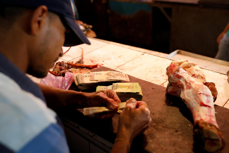 Billetes de bolívar en una carnicería del mercado de Maracaibo, el pasado 26 de julio de 2018.