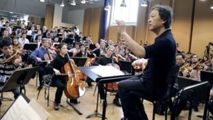 指揮鄭明勳和朝鮮,法國電台交響樂團在排練中。