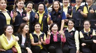 Những tình nguyên viên phục vụ chiến dịch giải cứu  đội bóng nhí rạng rỡ vui mừng sau khi chiến dịch kết thúc thành công, ngày 10/07/2018.