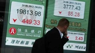 Una pantalla muestra el índice del Hang Seng en un banco en Hong Kong (China), este 24 de junio de 2013.