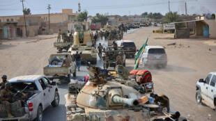 """خودروهای نیروهای عراقی همراه با نیروهای """"حشد شعبی"""" در شهر """"القائم"""" آخرین پایگاه شهری تحت کنترل داعش، پس از آزادسازی کامل شهر. جمعه ۱۲آبان/ ٣ نوامبر ٢٠۱٧"""