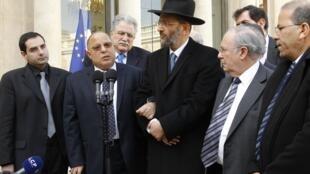 Le recteur de la Grande mosquée de Paris Dalil Boubakeur (au centre) ainsi que d'autres personnalités représentatives des communautés juives et musulmanes ont été conviés à l'Elysée ce 21 mars 2012.
