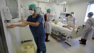 Medical staff treat a patient suffering from Covid-19 in Marseille, 8 September 2020. France's National Academy of Medicine says workers in hospitals and other care facilities should be required to vaccinate against the flu, in order to ensure the optimal functioning of the health system.