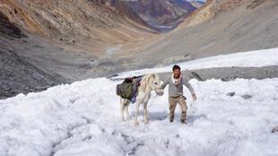Eliott Schonfeld a voyagé en 2017 en Himalaya, sur les plus hauts sommets du monde, à cheval, en radeau et à pied, sur plus de 2 000 kilomètres.