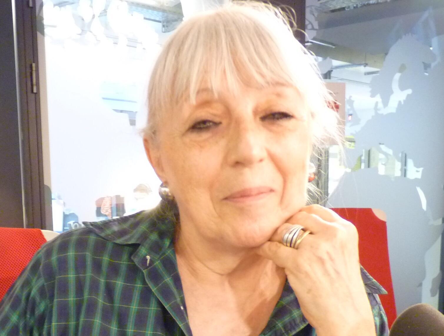 La artista Alicia Zadán en los estudios de RFI en París