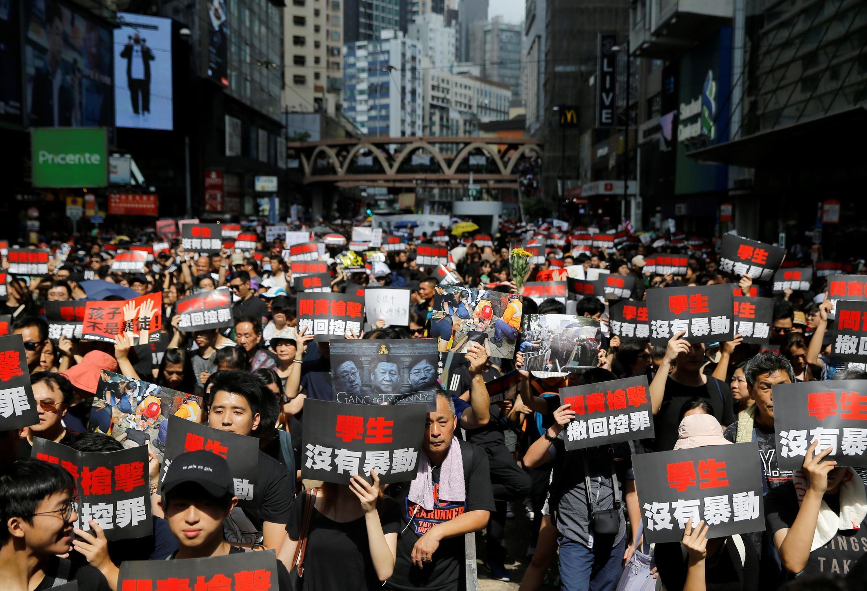 """Trong cuộc biểu tình ở Hồng Kông ngày 16/06/2019, ảnh ông Tập Cận Bình cùng các lãnh đạo khác cũng xuất hiện với dòng chữ """"Bè lũ độc tài""""."""