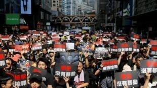 """نزدیک به دو میلیون نفر معترض سیاهپوش، روز یکشنبه ١٦ ژوئن/٢٦ خرداد، در جریان تظاهراتی در هنگ کنگ، در اعتراض به لایحۀ استرداد مجرمان به چین، خواستار برکناری """"کری لام"""" رهبر دولت محلی هنگ کنگ شدند."""