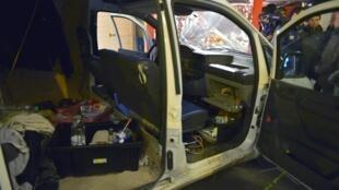 Vista do interior da van usada por um motorista francês para atropelar visitantes de um mercado de Natal, em Nantes, na noite de segunda-feira (22).
