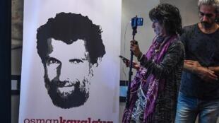 Affiche représentant l'homme d'affaires et philanthrope emprisonné, Osman Kavala, lors d'une conférence de presse de ses avocats, le 31 octobre 2018. Osman Kavala a été arrêté, il y a un an, par les autorités turques et doit encore être accusé.