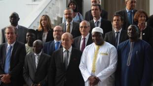 Waziri wa Mambo ya Nje wa Ufaransa Jean-Yves Le Drian akiambatana na Rais wa Gambia Adama Barrow katika ikulu Banjul, Novemba 5, 2018.