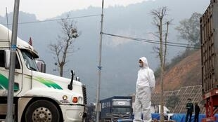 Nhân viên y tế mặc bảo hộ làm việc tại cửa khẩu biên giới Hữu Nghị Lạng Sơn, Việt Nam, ngày 20/02/2020
