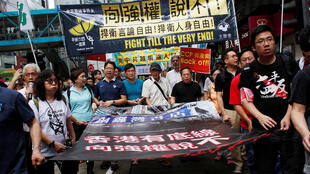 圖為香港民眾示威呼籲保護香港言論自由和人身自由 照片中間站立者示為銅鑼灣書店店長林榮基