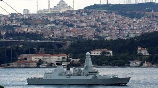 Chiến hạm Anh Quốc HMS Duncan (D37) trên biển Bosphorus, Istanbul, và trên đường đến vùng Vịnh. Ảnh ngày 12/07/2019.