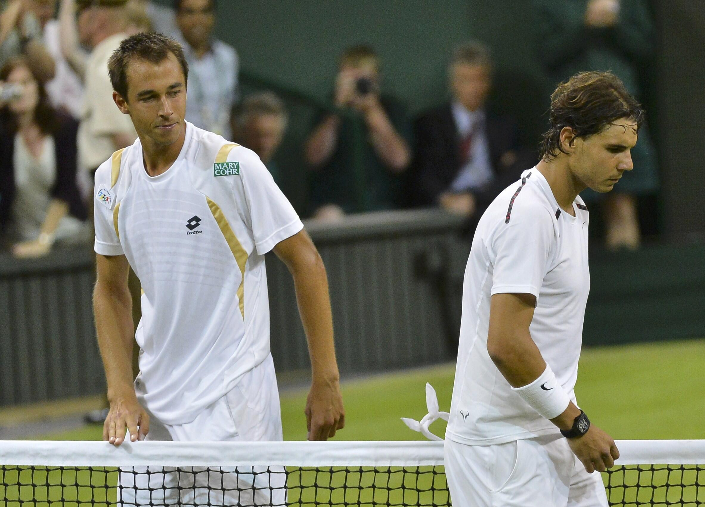 Lukas Rosol na Jamhuriyyar Czech Republic a hannun hagu wanda ya doke  Rafael Nadal na Spain  a Wimbledon
