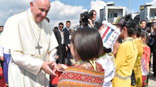 El papa Francisco es saludado por niños birmanos a su llegada a Birmania, el 27 de noviembre de 2017.