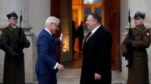 Ngoại trưởng Ba Lan Jacek Czaputowicz (T) đón đồng nhiệm Mỹ Mike Pompeo tham dự hội nghị tại Vacxava, ngày 12/02/2019