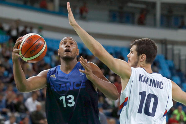 Boris Diaw (G), le basketteur français au JO de Rio face au Serbe Nikola Kalinic (D) au Carioca Arena de Rio de Janeiro, Brésil - 10/08/2016.