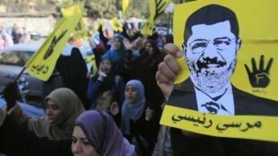 Manifestantes pró-Irmandade Muçulmana protestam contra o governo militar egípcio, no Cairo, nesta sexta-feira, dia 27 de dezembro de 2013.