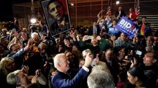 Le candidat Joe Biden lors d'un meeting alors que des partisans brandissent une affiche «Hope» de l'ancien président Barack Obama à Los Angeles, le 3 mars 2020.