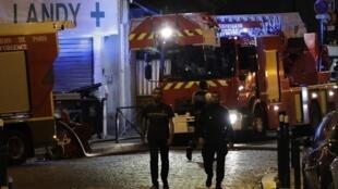 Des policiers près de l'immeuble qui a pris feu, à Aubervilliers, au nord de Paris, le 19 août 2018.