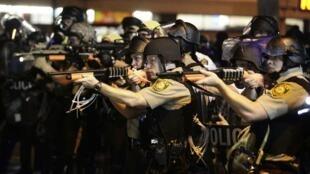 Policías apuntando a los manifestantes en Ferguson, Misuri, el pasado 18 de agosto.