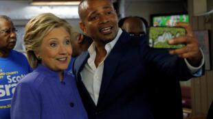 Режиссер Марио ван Пиблз с Хиллари Клинтон в городе Форт-Лодердейл во Флориде