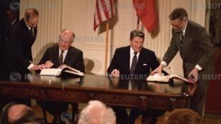 资料图片:1987年12月8日时任美国总统里根(右)与时任苏联最高领导人戈尔巴乔夫在华盛顿签署中程核武条约。