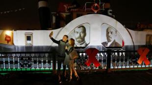 Портреты Николая Второго и Владимира Ленина во время музейной ночи в Красноярске. 5 ноября 2017