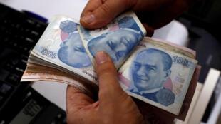 Dans un bureau de change d'Istanbul où la livre turque s'échange à 14 centimes d'euro actuellement. .
