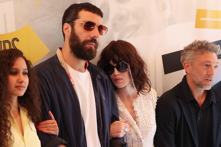 Le réalisateur Romain Gavras au centre entouré des acteurs Oulaya Amamra (G), Isabelle Adjani (D) et Vincent Cassel lors du dernier Festival de Cannes, le 12 mai 2018.