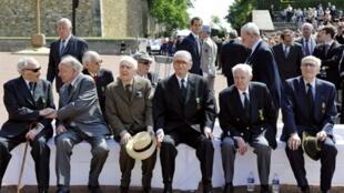 Au Mont-Valérien, près de Paris, en 2008. Les Compagnons de la Libération (de g. à dr): Pierre Louis-Dreyfus, Etienne Schlumberger, Daniel Cordier, Fred Moore, André Quélen (décédé en 2010) et Henri Beauge-Bérubé.