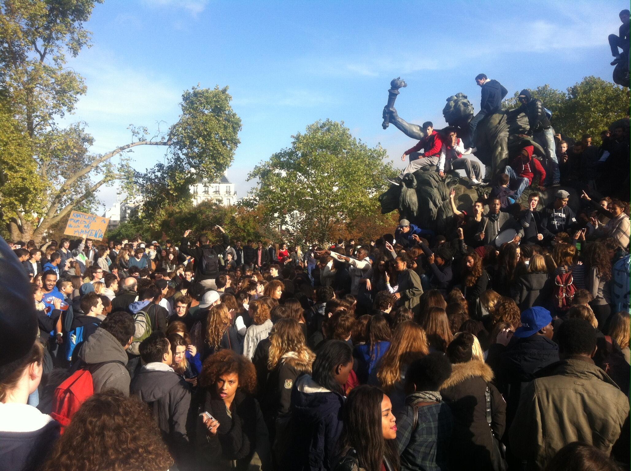 Estudantes secundaristas franceses durante protesto em Paris na quinta-feira, 17 de outubro.