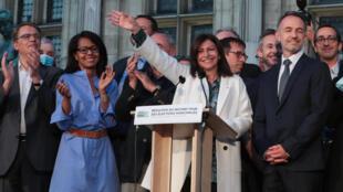 ان ایدالگو، شهردار پاریس، پس از اعلام پیروزی او در انتخابات شهرداری، در میان معاونان و همکاران خود ـ ٢٨ ژوئن ٢٠٢٠/ ٨ تیر ماه ١٣٩٩