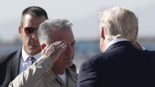 Donald Trump a été accueilli sur le tarmac de l'aéroport par le shérif Joseph Lombardo.