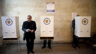 Dans un bureau de vote à Erevan pour les élections législatives, dimanche 6 mai 2012.