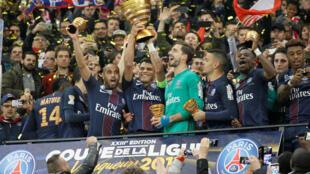 O capitão, Thiago SIlva, ergueu mais um troféu de campeão pelo PSG, com a conquistta da Copa da Liga.