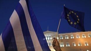 Cerca de 700 pessoas protestaram na noite de segunda-feira (13), em Atenas, contra o acordo entre a Grécia e os credores.