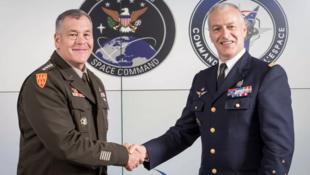 美国太空司令部司令迪金森与法国太空司令部总指挥弗里德灵资料图片