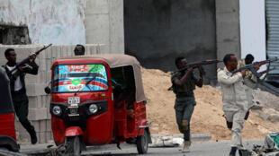 En Somalie, les forces de l'ordre sécurisent la zone où deux explosions ont retenti, ce samedi 7 juillet 2018, à proximité du ministère de l'Intérieur, à Mogadiscio.
