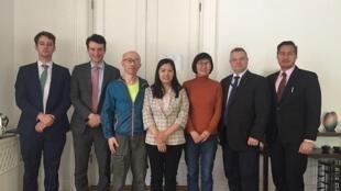 許艷(中)在王宇和胡佳陪同下與歐美人權官員會晤